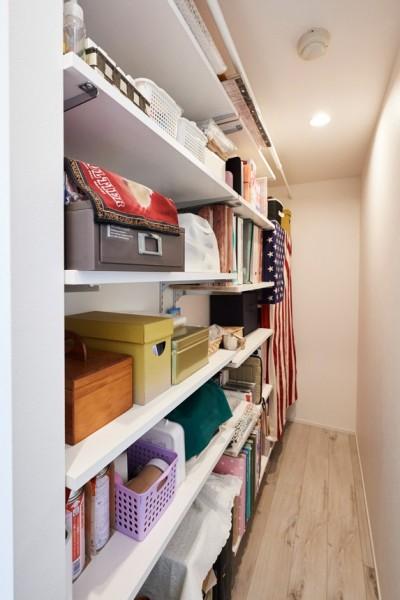 テレビ裏には収納スペース (愛猫もうれしい、住み替えなしのリノベーション。20年来の我が家をグッと快適に。)