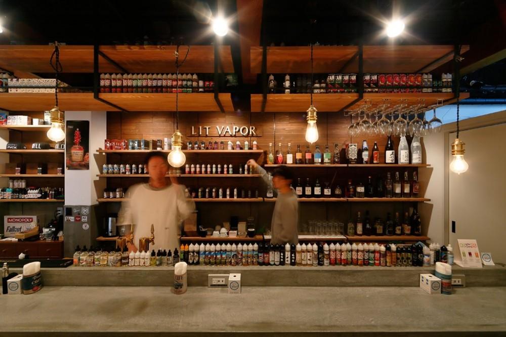 VAPEとお酒が目を引くバーカウンター (VAPE BAR『LIT VAPOR VAPE Bar & Lounge』)