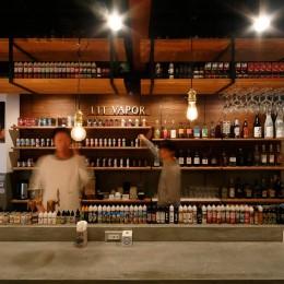 VAPE BAR『LIT VAPOR VAPE Bar & Lounge』 (VAPEとお酒が目を引くバーカウンター)