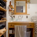 懐かしいのに新しい、ノスタルジックな家の写真 洗面所