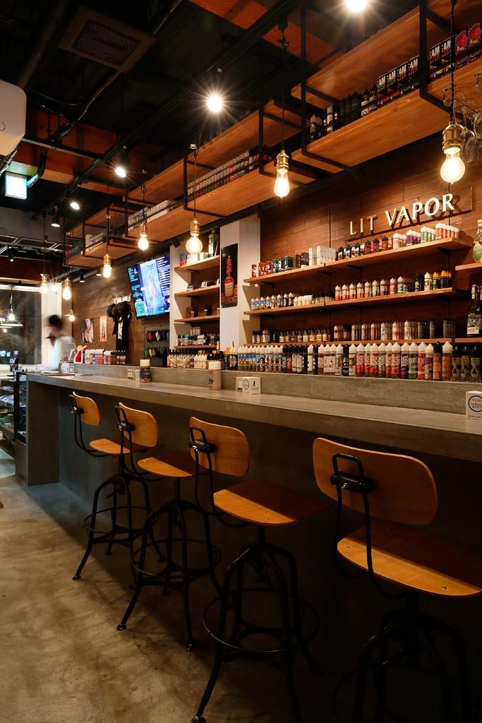 VAPE BAR『LIT VAPOR VAPE Bar & Lounge』 (カラフルなVAPEが眺めるカウンター席)