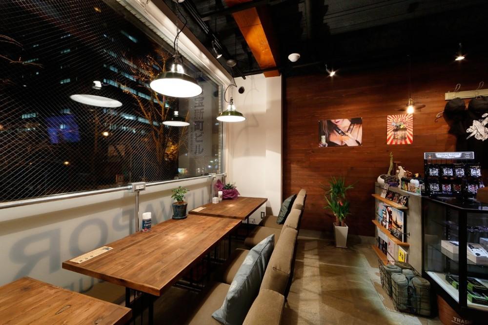 VAPE BAR『LIT VAPOR VAPE Bar & Lounge』 (ゆったりとできるテーブル席)