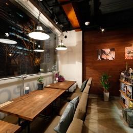 ゆったりとできるテーブル席 (VAPE BAR『LIT VAPOR VAPE Bar & Lounge』)