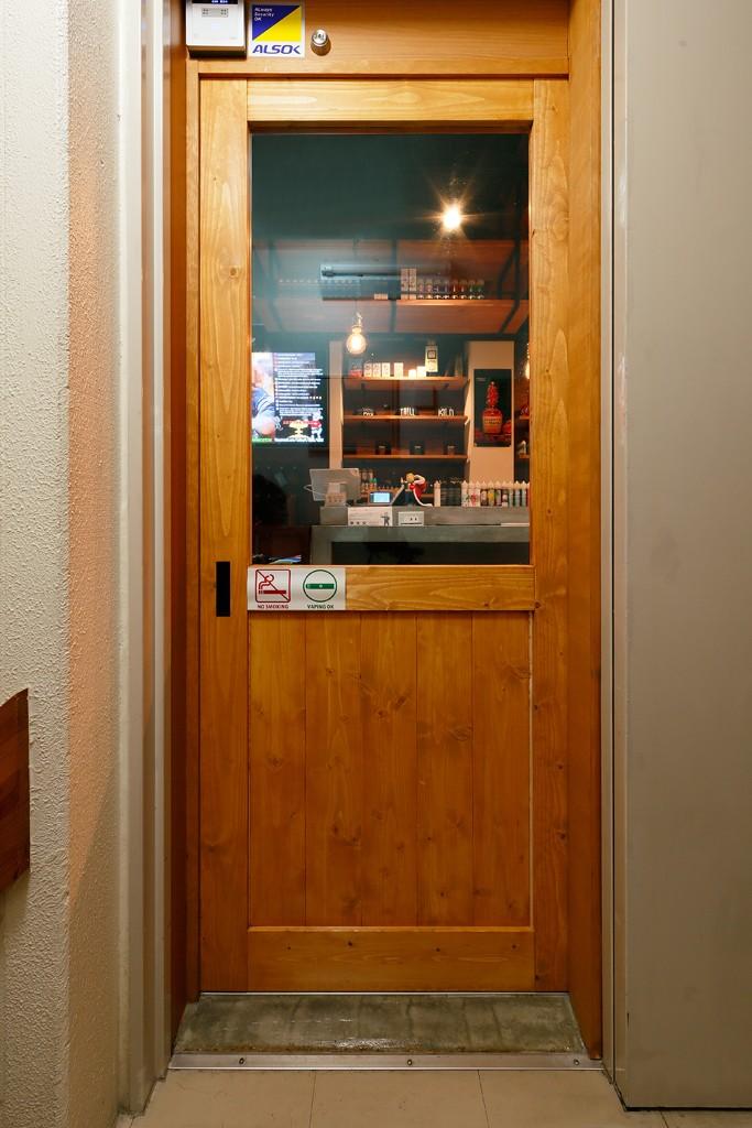 VAPE BAR『LIT VAPOR VAPE Bar & Lounge』 (ウッディな店舗入口)
