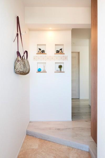 ニッチのある玄関 (愛猫もうれしい、住み替えなしのリノベーション。20年来の我が家をグッと快適に。)