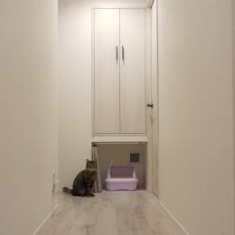 愛猫もうれしい、住み替えなしのリノベーション。20年来の我が家をグッと快適に。 (換気扇でにおいも緩和。ネコトイレ。)