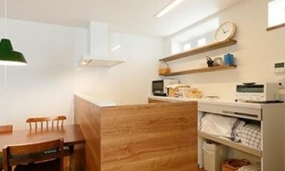 開放的なナチュラルリビング空間 (システムキッチン)