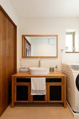 開放的なナチュラルリビング空間 (木を感じる洗面室)