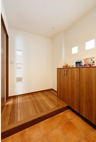 開放的なナチュラルリビング空間 (シンプルな玄関)