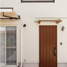 開放的なナチュラルリビング空間 (ぬくもりのある玄関ドア)