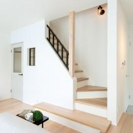 シンプルにおしゃれに暮らす塩系インテリア「imai-segeo」 (リビング階段)