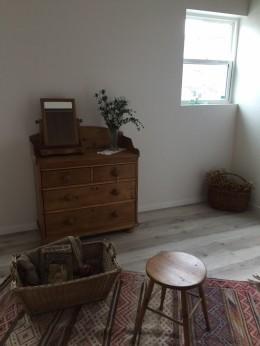 オープンハウスでのアンティーク家具・雑貨コーディネート〜高原の中の家〜 (寝室)