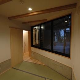 18坪の土地に建つ中庭型住宅 (タタミのスペース)