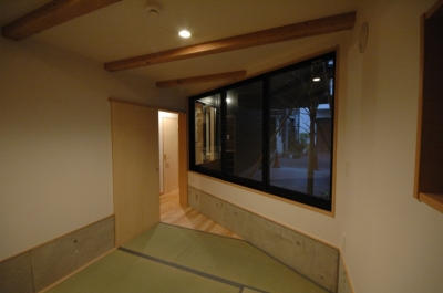 タタミのスペース (18坪の土地に建つ中庭型住宅)