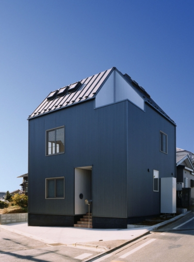7人家族の家 (玄関横に坪庭を設け,坪庭回りの外壁をシルバーのガルバリウムを施工した外観)