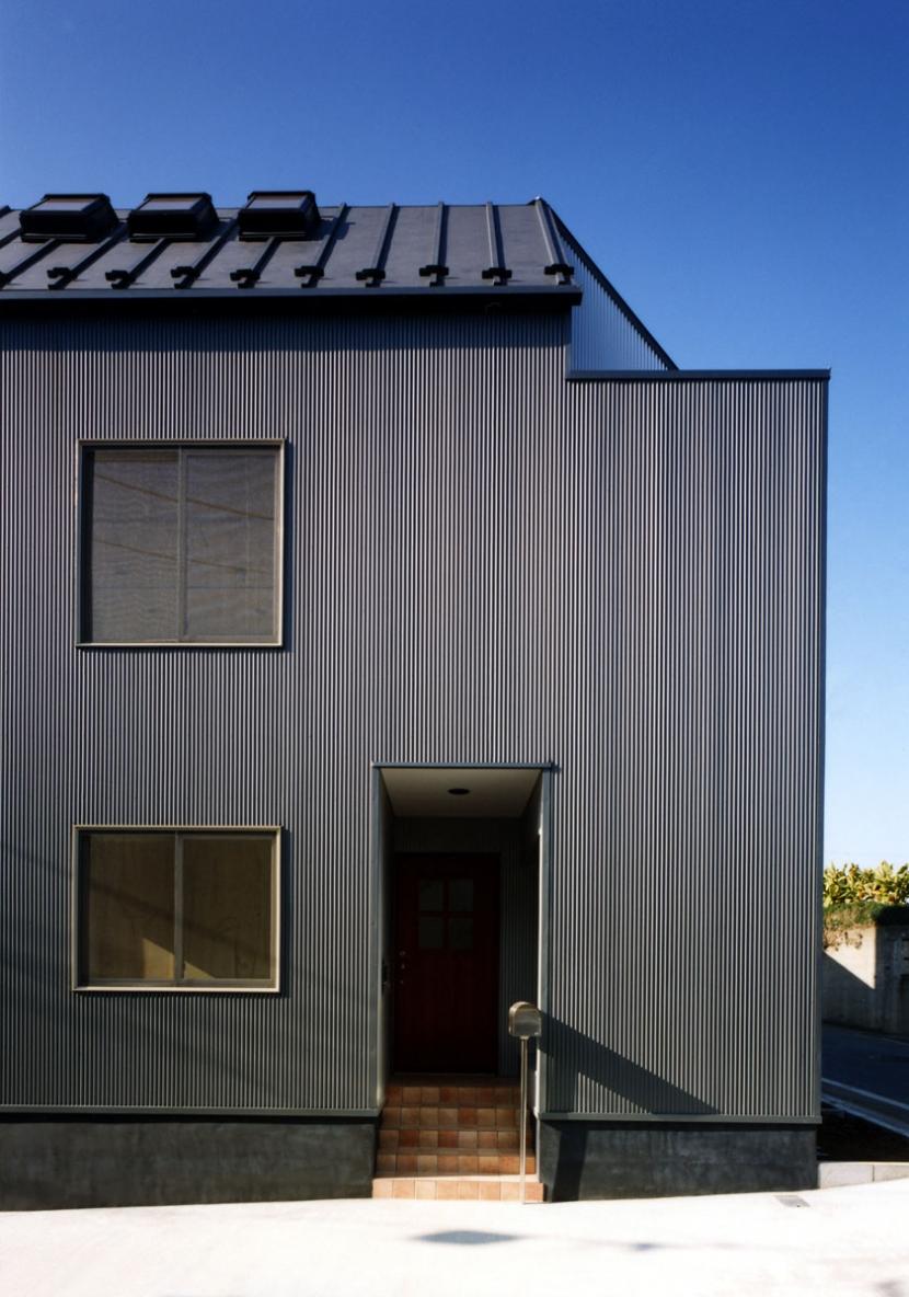 7人家族の家 (ガルバリウム鋼板の小波板を貼った外観)