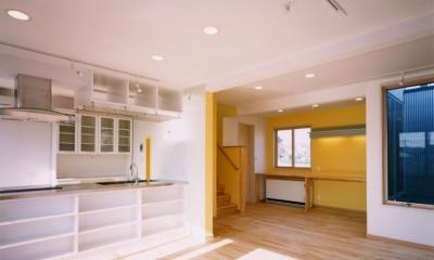 7人家族の家 (2階のリビングからキッチンと家族共有のスタディスペースを見る)