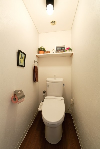 猫と暮らす無垢フローリングの家 (シンプルなトイレ)