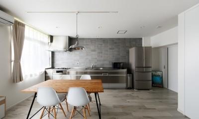 上質キッチンが映えるシンプル&モダンな空間