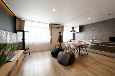 上質キッチンが映えるシンプル&モダンな空間 (リビングスペース)