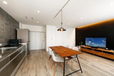 上質キッチンが映えるシンプル&モダンな空間 (ブラック調のアクセントクロスがインパクトのあるリビング)