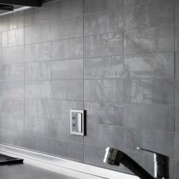 キッチンにはリクシルの陶器タイル (上質キッチンが映えるシンプル&モダンな空間)