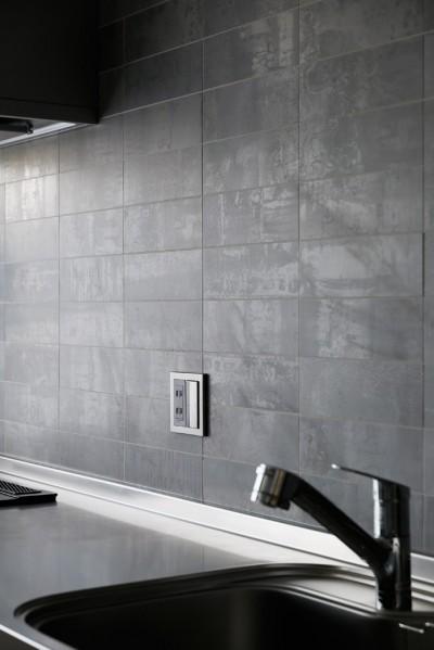 上質キッチンが映えるシンプル&モダンな空間 (キッチンにはリクシルの陶器タイル)