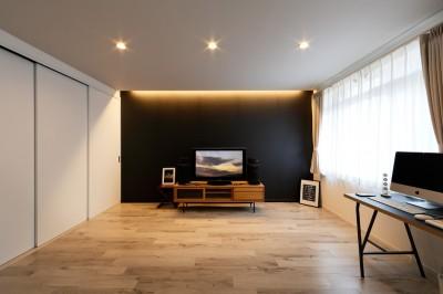 上質な空間にした寝室スペース (上質キッチンが映えるシンプル&モダンな空間)
