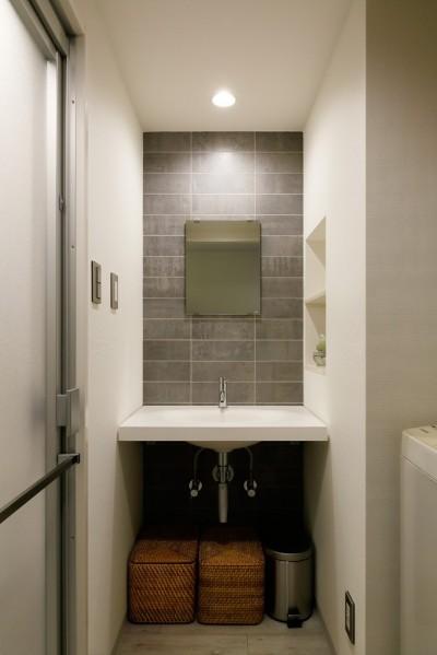 シンプルな空間の洗面室 (上質キッチンが映えるシンプル&モダンな空間)