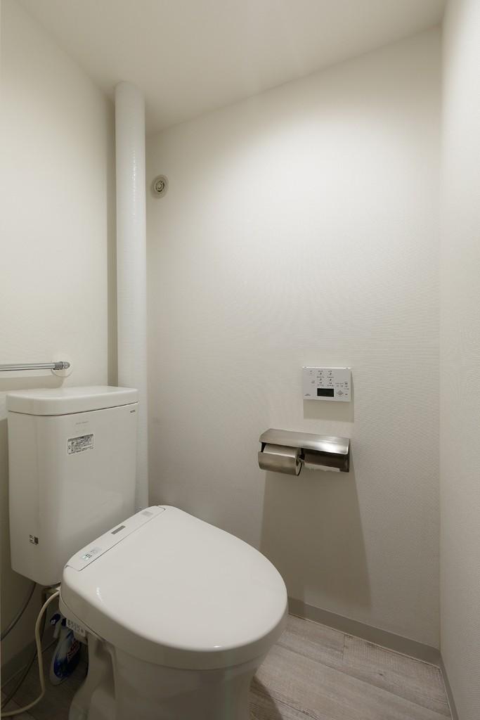 上質キッチンが映えるシンプル&モダンな空間 (トイレ)