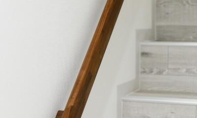 上質キッチンが映えるシンプル&モダンな空間 (ウッドテック・デザイン手すり)