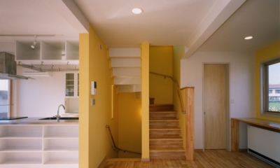 7人家族の家 (2階リビングから見た階段)