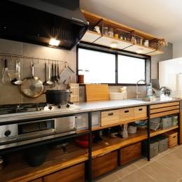 こだわりのキッチン (中古戸建を、木と土間とアトリエがあるシンプル空間に)