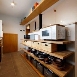 キッチンの見せる収納 (中古戸建を、木と土間とアトリエがあるシンプル空間に)
