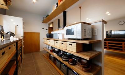 中古戸建を、木と土間とアトリエがあるシンプル空間に (キッチンの見せる収納)