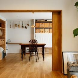 中古戸建を、木と土間とアトリエがあるシンプル空間に (リビングとつながるアトリエスペース)