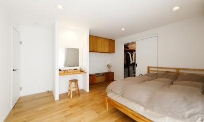 大きなウォークインクローゼットが併設している寝室|中古戸建を、木と土間とアトリエがあるシンプル空間に