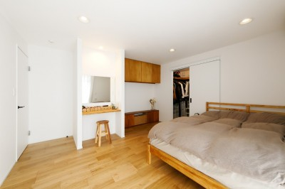 大きなウォークインクローゼットが併設している寝室 (中古戸建を、木と土間とアトリエがあるシンプル空間に)