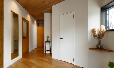 大きな玄関スペース|中古戸建を、木と土間とアトリエがあるシンプル空間に