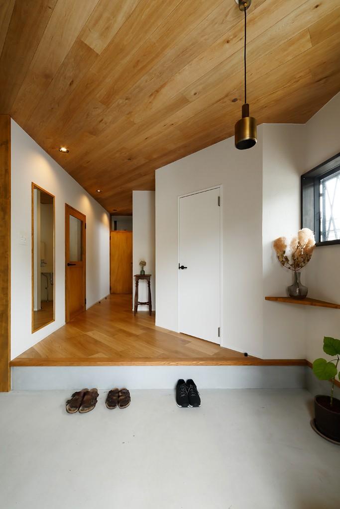中古戸建を、木と土間とアトリエがあるシンプル空間に (大きな玄関スペース)