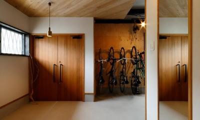 中古戸建を、木と土間とアトリエがあるシンプル空間に (両開き玄関ドア)