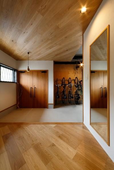 両開き玄関ドア (中古戸建を、木と土間とアトリエがあるシンプル空間に)