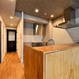 キッチン (家族の間取りに玄関土間&タイルをプラス。シックカラーのリノベーション住まい)