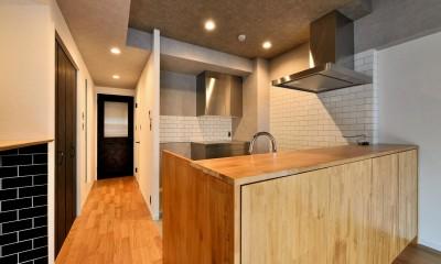 家族の間取りに玄関土間&タイルをプラス。シックカラーのリノベーション住まい (キッチン)