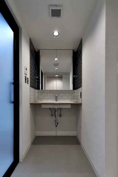 サニタリースペース (家族の間取りに玄関土間&タイルをプラス。シックカラーのリノベーション住まい)
