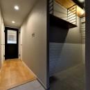 家族の間取りに玄関土間&タイルをプラス。シックカラーのリノベーション住まいの写真 玄関土間