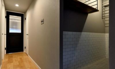 家族の間取りに玄関土間&タイルをプラス。シックカラーのリノベーション住まい (玄関土間)