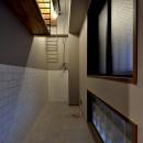家族の間取りに玄関土間&タイルをプラス。シックカラーのリノベーション住まいの写真 玄関スペース