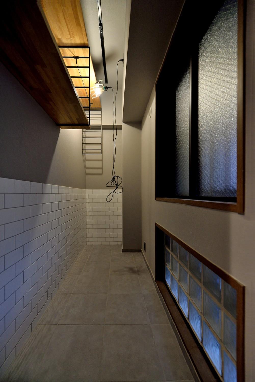 玄関事例:玄関スペース(家族の間取りに玄関土間&タイルをプラス。シックカラーのリノベーション住まい)