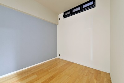 室内窓のある寝室 (家族の間取りに玄関土間&タイルをプラス。シックカラーのリノベーション住まい)